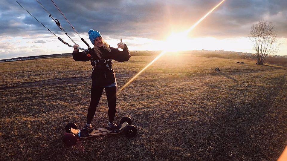 landkiting na tráve v slnečnom počasí