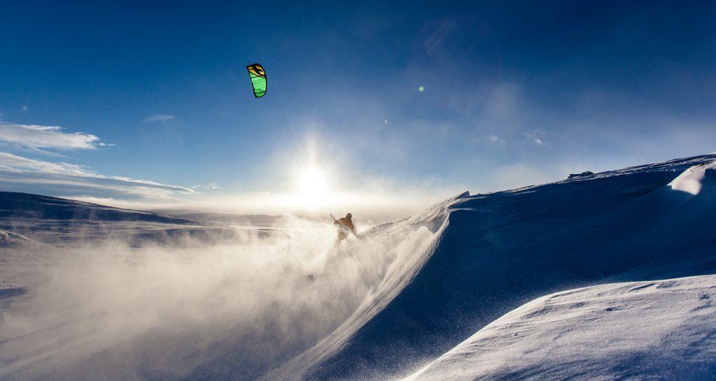 snowkiting v slnečnom počasí